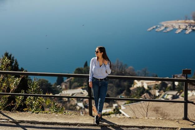 Frau, die malerischen blick auf den see lugano vom berg san salvatore in lugano genießt