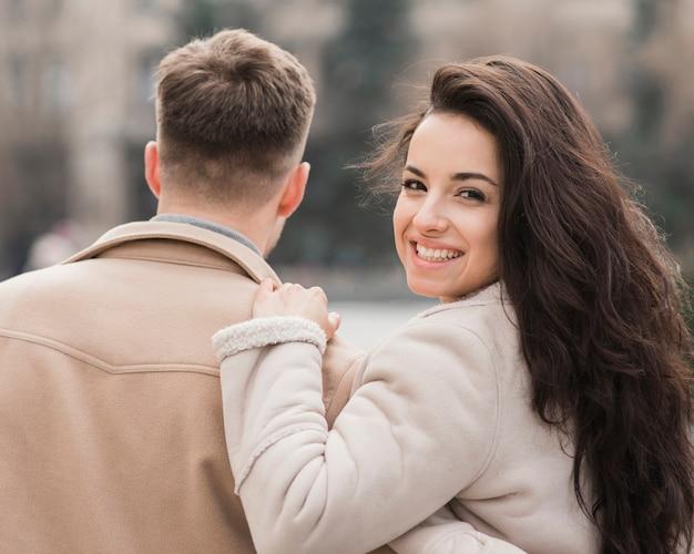 Frau, die mann beim aufstellen umarmt