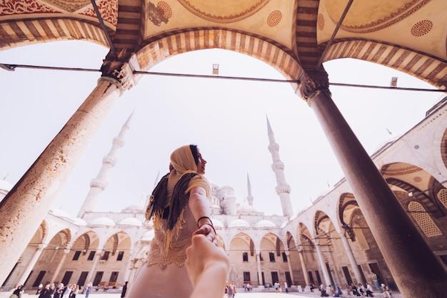 Frau, die mann führt, um ihr in den berühmten sehenswürdigkeiten von istanbul zu folgen