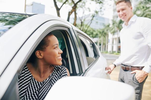 Frau, die mann in einem auto fährt