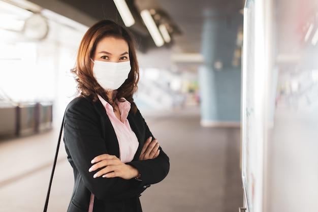 Frau, die maskenlesekarte trägt.