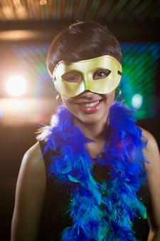 Frau, die maskerade in der bar trägt