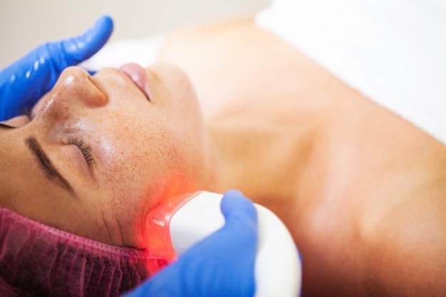 Frau, die massage an der schönheitsklinik erhält
