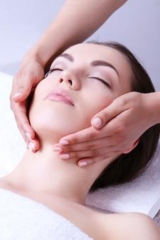 Frau, die massage auf einem spa-zentrum empfängt