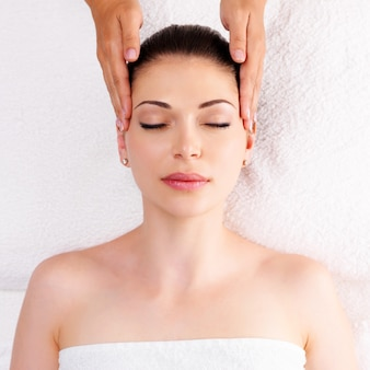 Frau, die massage des körpers im spa-salon hat. schönheitsbehandlungskonzept.