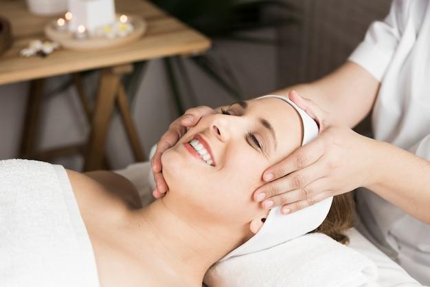 Frau, die massage in der badekurortmitte empfängt