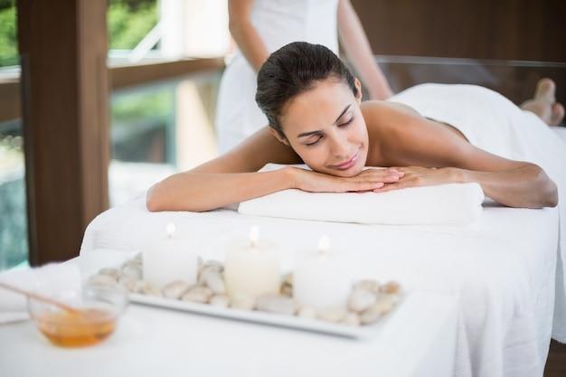 Frau, die massage vom weiblichen masseur empfängt