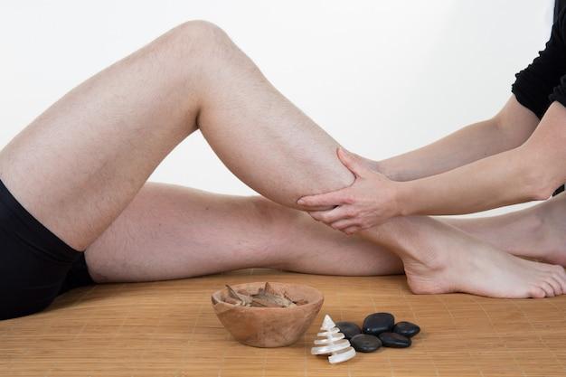 Frau, die massagebehandlung erhält