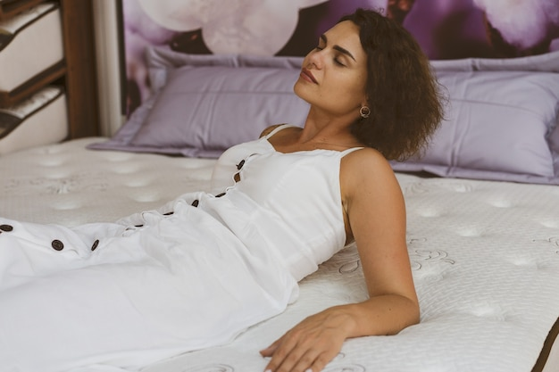 Frau, die matratze im möbelhaus testet