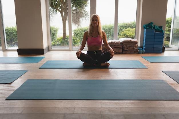 Frau, die meditationsübung tut