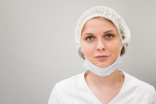 Frau, die medizinische maske trägt