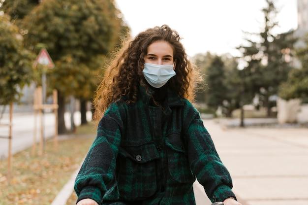 Frau, die medizinische maske vorderansicht trägt