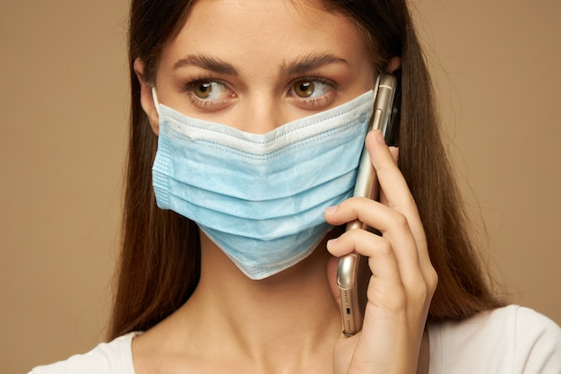 Frau, die medizinisches maskenporträt trägt