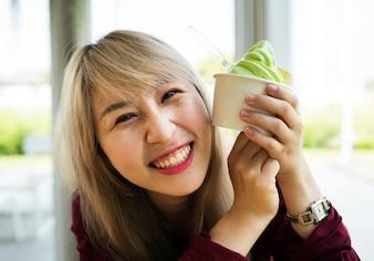 Frau, die MelonenEiscreme in einer Schale isst