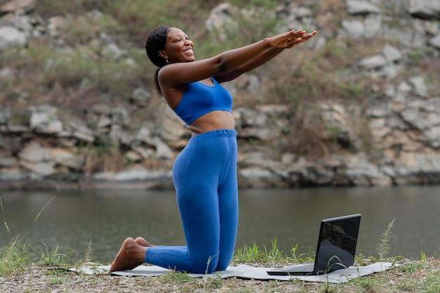 Frau, die menschen online yoga lehrt