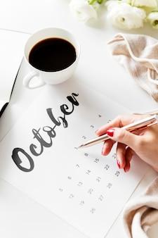 Frau, die minimale art des kalenders verwendet