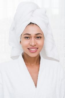 Frau, die mit bademantel in einem badekurort aufwirft