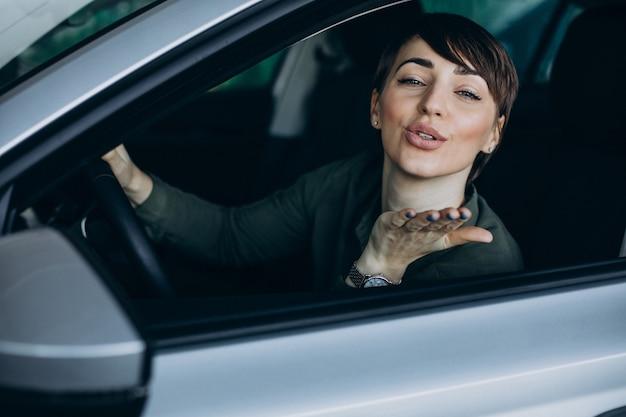 Frau, die mit dem auto reist