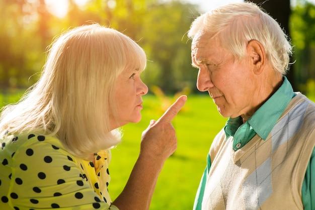 Frau, die mit dem finger auf den mann zeigt.