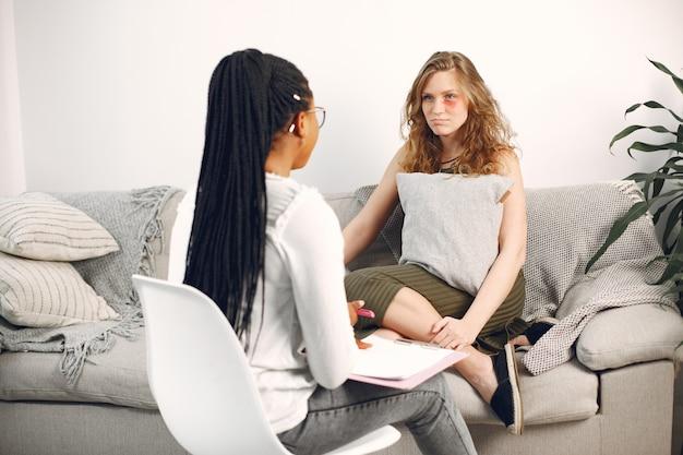 Frau, die mit der psychologin während der sitzung spricht
