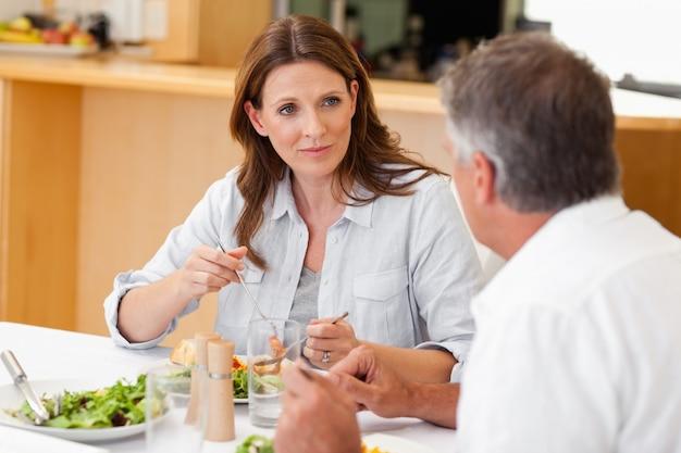 Frau, die mit ehemann während des abendessens spricht