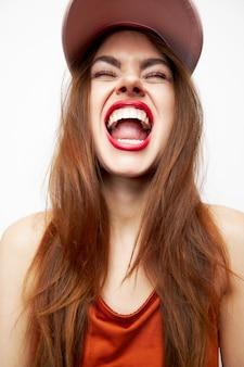 Frau, die mit einer kappe schreit