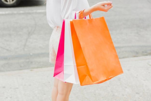 Frau, die mit einkaufstaschen steht