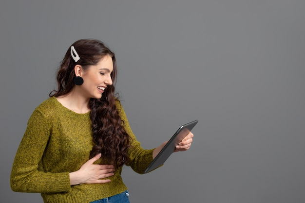 Frau, die mit freunden online diskutiert. geschäfts-, kommunikations- und unterhaltungskonzept, fernarbeit