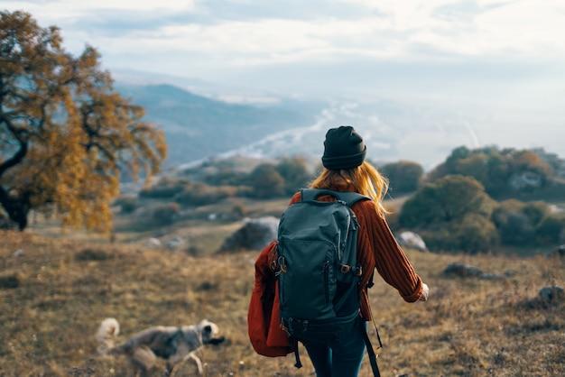 Frau, die mit hund draußen spielt, reist freundschaft zusammen