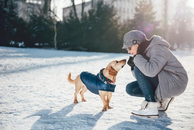 Frau, die mit hund spricht