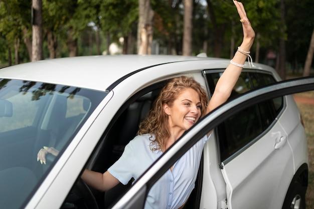Frau, die mit ihrem auto reist