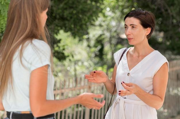 Frau, die mit ihrem freund unter verwendung der gebärdensprache spricht