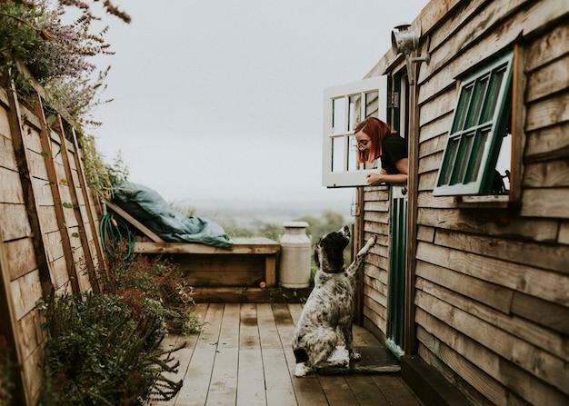 Frau, die mit ihrem hund spricht