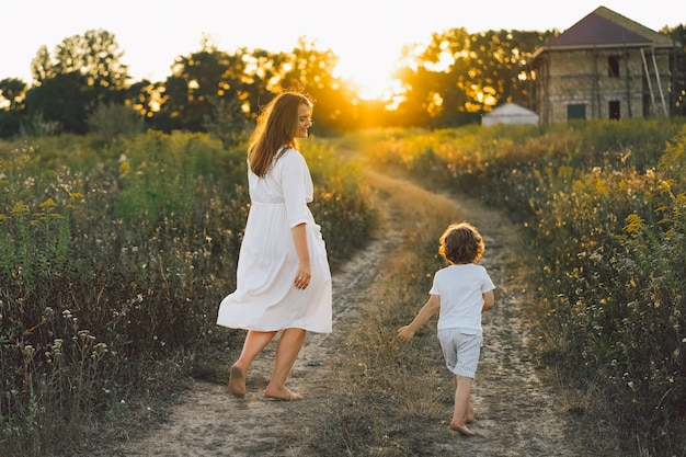 Frau, die mit ihrem kind draußen spielt