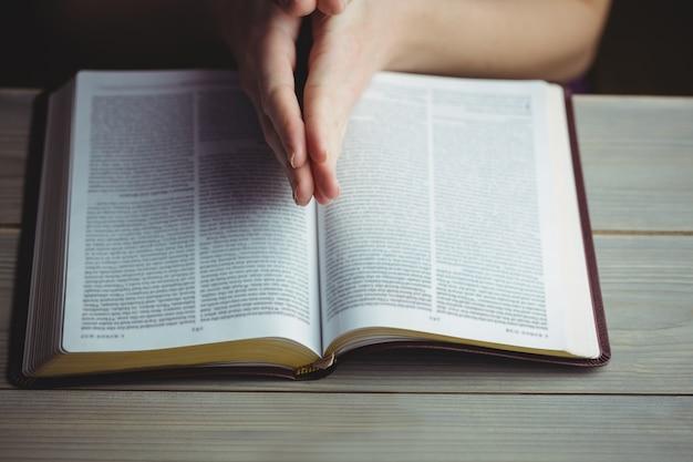 Frau, die mit ihrer bibel betet