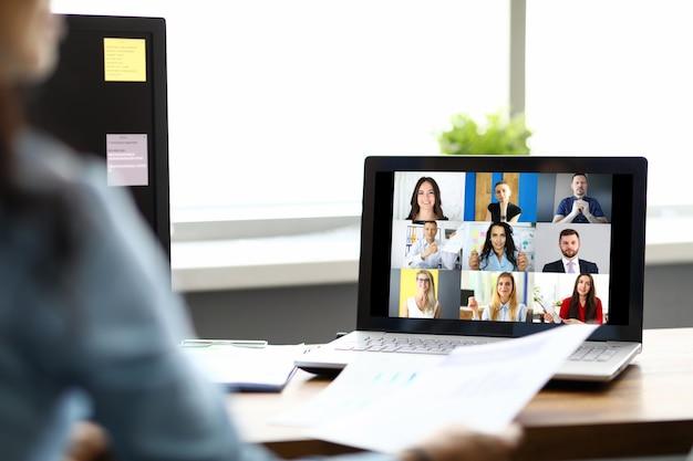 Frau, die mit internationalen kollegen spricht, die online-video-chat verwenden