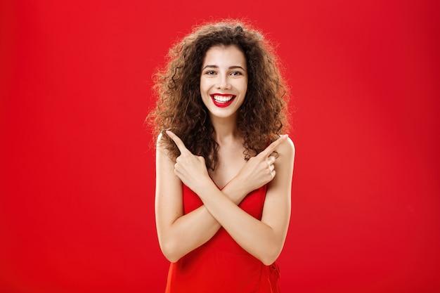 Frau, die mit jeder entscheidung zufrieden ist und sich unbeschwert und glücklich im eleganten roten abendkleid mit ...