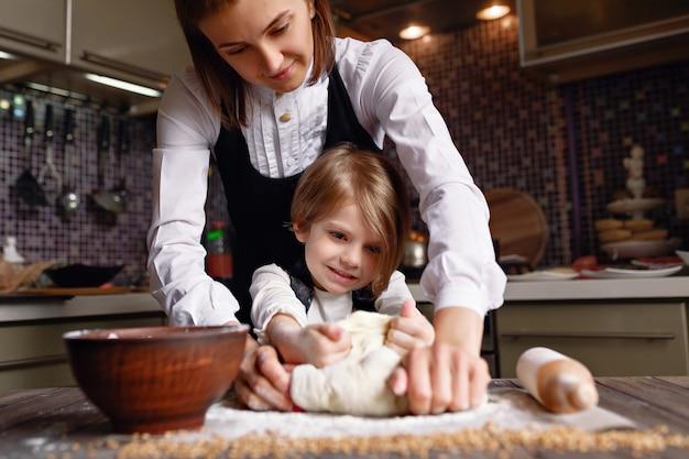 Frau, die mit kleinem mädchen kocht