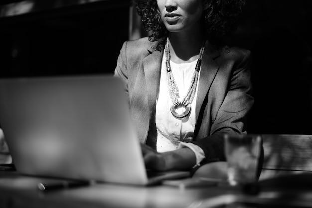 Frau, die mit laptop am kaffeehaus arbeitet