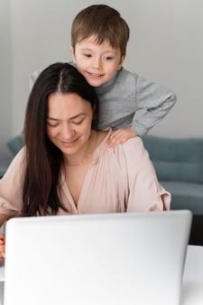 Frau, die mit laptop zu hause arbeitet
