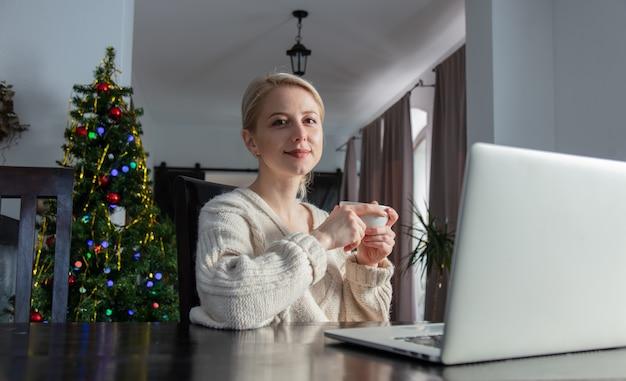 Frau, die mit laptop zu hause büro während der pandemie arbeitet