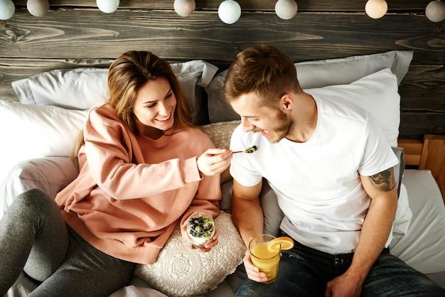 Frau, die mit mann frühstückt