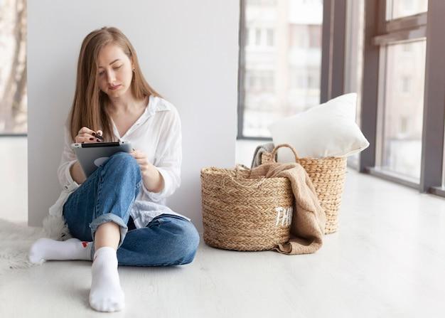 Frau, die mit neuen ideen für einen blog drinnen mit kopierraum aufkommt
