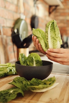 Frau, die mit salat kocht