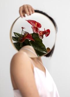 Frau, die mit spiegel aufwirft