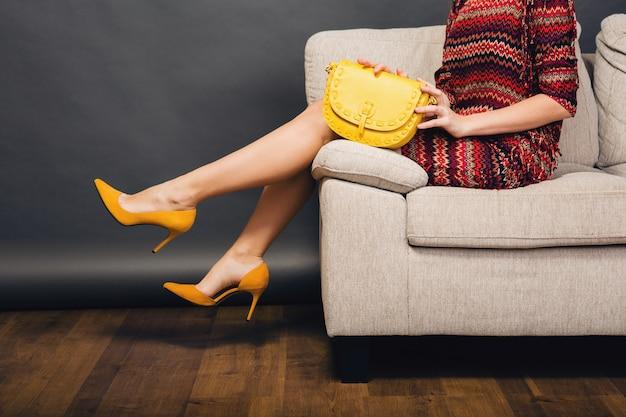 Frau, die mit stilvoller schuhsommermode und tasche aufwirft