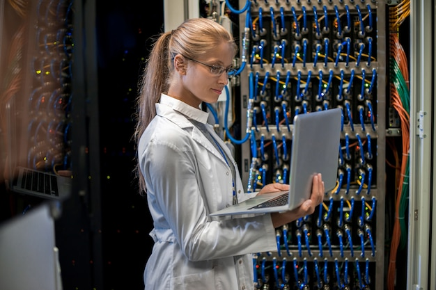 Frau, die mit supercomputer arbeitet
