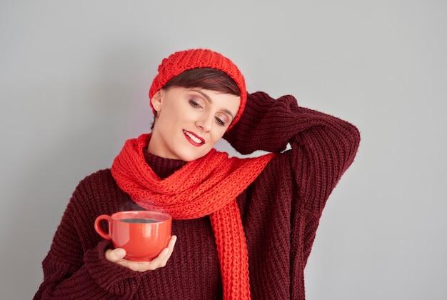 Frau, die mit tasse heißer schokolade entspannt