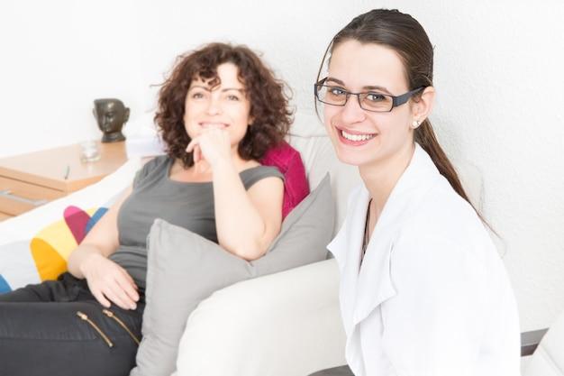 Frau, die mit therapeut auf sofa spricht