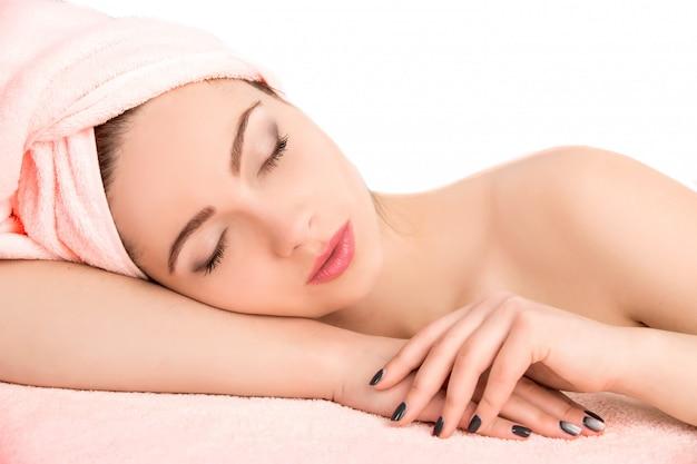 Frau, die mit tuch, badekurortkonzept schläft